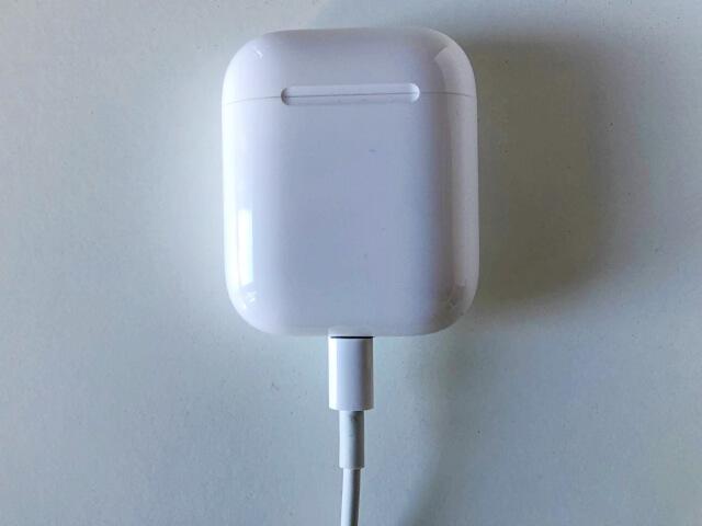 アップルのエアーポッズを充電