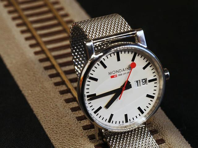 ミニマリストの腕時計はメタルメッシュバンド