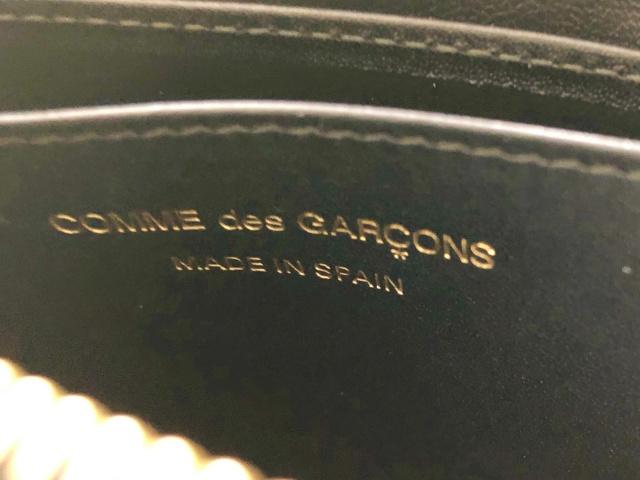 コムでギャルソンL字ジップ財布の中身のロゴ