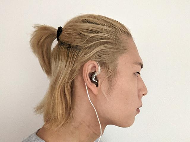 中華イヤホンBLONのBL-Miniの装着イメージ